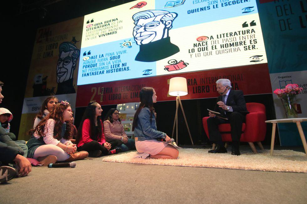 """Mario Vargas Llosa durante la lectura del cuento """"Fochito y la Luna""""."""