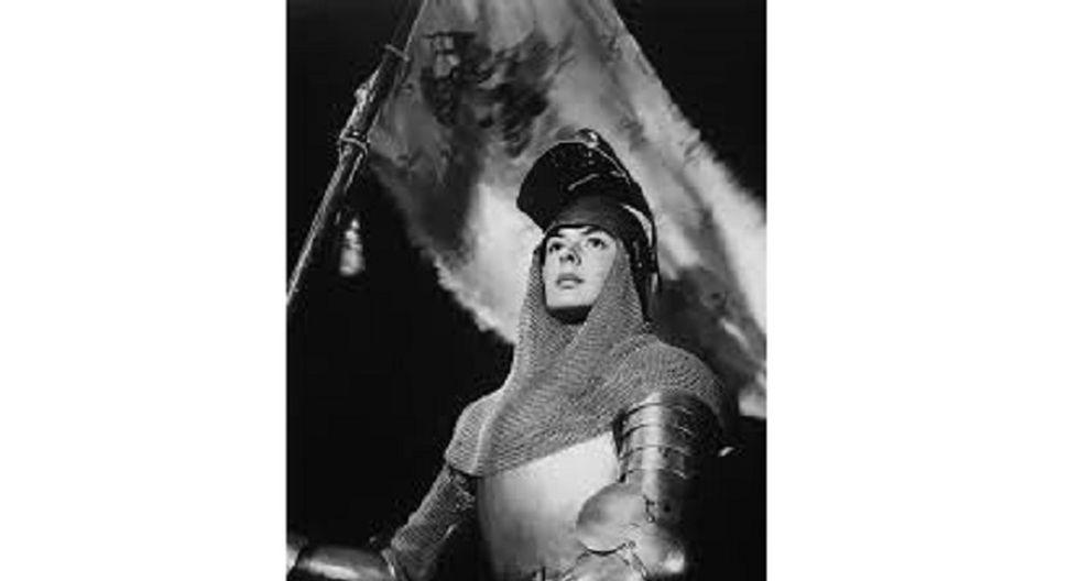"""Ingrid Bergman como Juana de Arco dirigida por Victor Fleming. La película, de 1948, está basada en la obra de teatro """"Joan of Lorraine"""", de Maxwell Anderson, exitosamente representada en Broadway y que también protagonizó Bergman. Fue adaptada a la pantalla por el propio Anderson."""