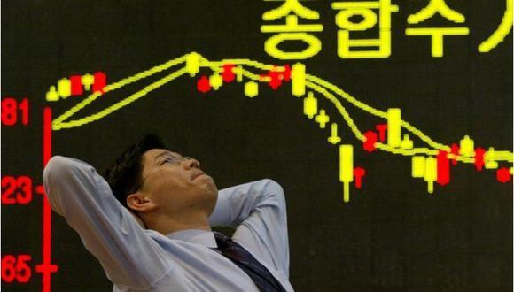 Imagen de archivo. Un empleado de la bolsa de Corea del Sur reacciona frente a un gráfico en Seúl, 11 de marzo de 2003. (Foto: REUTERS / Kim Kyung-Hoon)