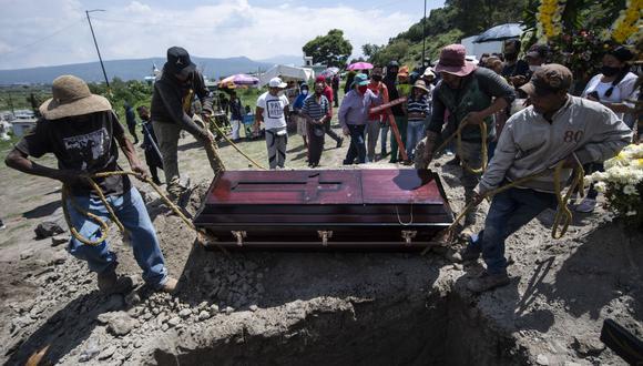 Un funeral en el cementerio de San Miguel Xico, en México, el 5 de agosto de 2020, en medio de la pandemia del coronavirus COVID-19. (Foto de PEDRO PARDO / AFP).