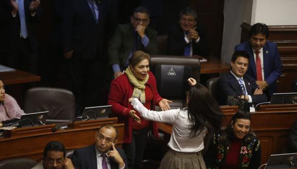 El entusiasta y conmovedor abrazo de Marisa Glave a Luz Salgado cuando se logró la paridad y alternancia en el disuelto Congreso, a finales de julio del 2019.(Foto Mario Zapata /GEC)