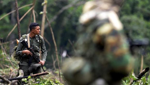 Un soldado venezolano hace guardia durante un operativo de destrucción de laboratorios clandestinos de cocaína ubicados a 2 km de la frontera con Colombia, en la Sierra de Perija, en el estado de Maracaibo, Venezuela. (Foto Referencial: Archivo/ FEDERICO PARRA / AFP)