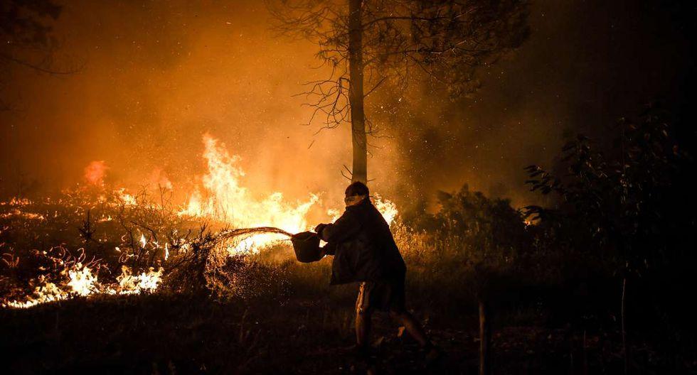El sábado se desplegaron una veintena de aviones y helicópteros antiincendios pero los vuelos se interrumpieron al caer la noche. (Foto: AFP)