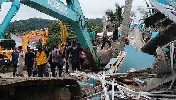 Los equipos de rescate buscan sobrevivientes entre las ruinas de un edificio dañado por el terremoto en Mamuju, Indonesia. (Foto AP / Tristemente Ashari Said).