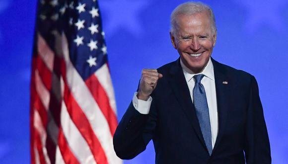 El candidato presidencial demócrata Joe Biden hace un gesto después de hablar durante la noche de las elecciones en el Chase Center en Wilmington, Delaware, el 4 de noviembre de 2020. (Foto: ANGELA  WEISS / AFP).