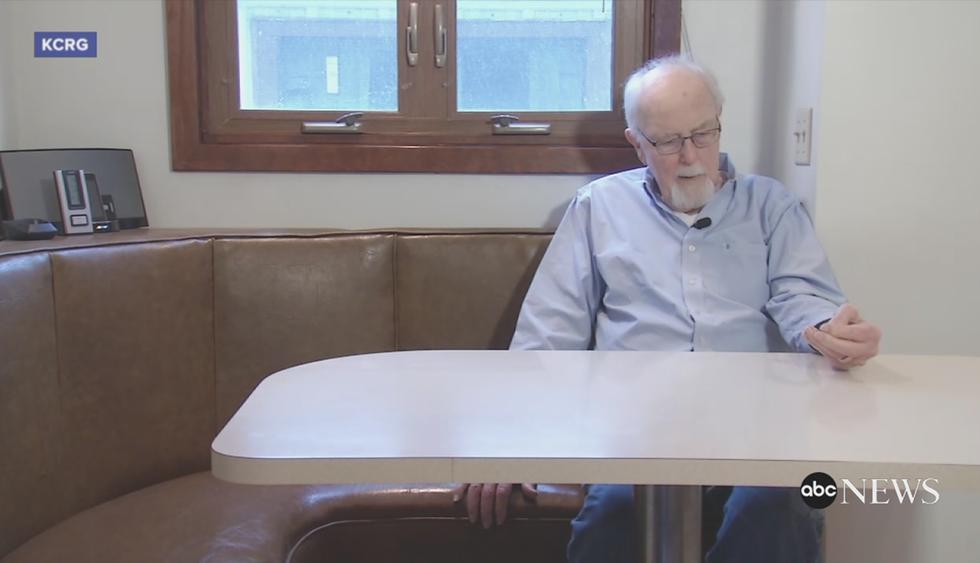 Ray Schmuecker perdió su anillo de boda y lo encontró 45 años después en el motor de su auto. (ABC News / Facebook)