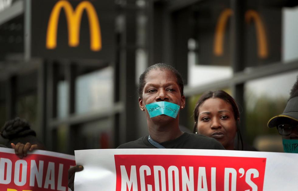 Un centenar de cajeras y cocineras de la cadena de comida rápida McDonald's marcharon en Chicago, Estados Unidos, contra el acoso sexual que, según afirmaron, enfrentan a diario durante su jornada laboral. (AFP).