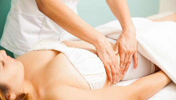 El masaje permite movilizar y estimular el colón, mejorando en algunos casos el estreñimiento y el movimiento intestinal. (Foto: Shutterstock)