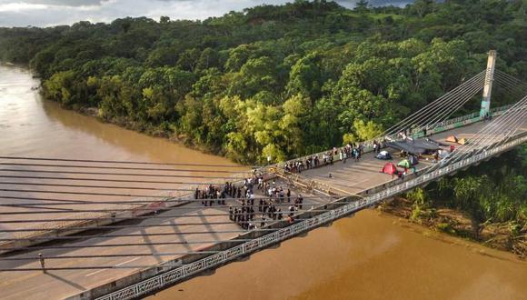 Hace unos años, ciudadanos haitianos y de naciones africanas llegaron a Brasil en busca de trabajo. Sin embargo, por la pandemia, si situación se ha tornado difícil, por lo que ahora buscan salir. En la imagen, el grupo de migrantes que pernocta en el puente que une nuestro país con Brasil. (FOTO: FF.AA.)