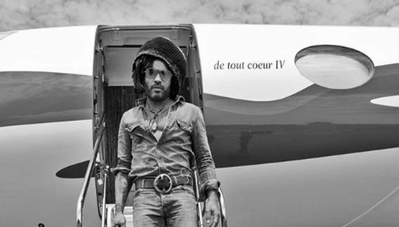 Lenny Kravitz descendiendo del avión privado en el que llegó a Lima el domingo. (Foto: Instagram)