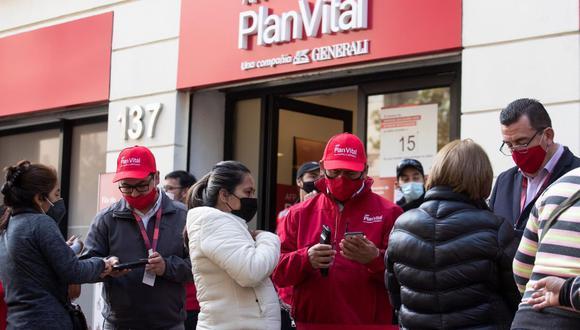 Un grupo de personas hace fila en la sucursal de una Administradora de Fondos de Pensiones (AFP) en Santiago de Chile. (EFE/Alberto Valdés).