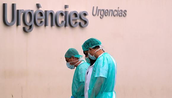 Los trabajadores de salud van a trabajar después de un descanso en el hospital La Fe en Valencia, España, uno de los países más afectados por el coronavirus. (AFP / JOSE JORDAN).
