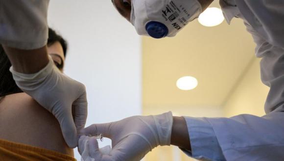 La vacuna de esta empresa es una de las nueve que se está ensayando en estos momentos en el mundo de forma masiva con seres humanos, lo que se conoce como Fase 3. (Foto referencial, AFP).