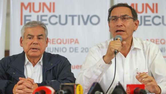 Martín Vizcarra, acompañado del presidente del Consejo de Ministros, César Villanueva, participó en el Muni Ejecutivo realizado en Arequipa. (Foto: Sepres)