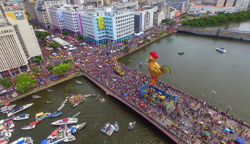 BRA33. RECIFE (BRASIL), 10/02/2018.- El bloco Galo da Madrugada, divierte hoy, s·bado 10 de febrero de 2018, a unas dos millones de personas en la ciudad de Recife (Brasil). El bloco Galo da Madrugada y Cordao da Bola Preta, cuyo desfile atrajo a 1,5 millones en RÌo de Janeiro, volvieron a confirmarse hoy como las dos mayores comparsas de carnaval del mundo. El Galo da Madrugada, ya registrado como la mayor comparsa de carnaval del mundo por el libro Guinness de RÈcords, iniciÛ a primera hora de hoy, tras un espect·culo de fuegos pirotÈcnicos, un desfile con el que se propuso a animar, con decenas de orquestas y atracciones, a las dos millones de personas que desde temprano abarrotaron las calles del centro histÛrico de Recife, la mayor ciudad del nordeste de Brasil. EFE/NEY DOUGLAS