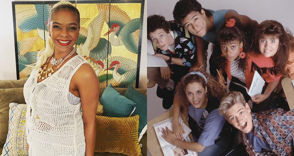 """""""Salvado por la campana"""" fue una de las sit-com más populares de principios de los 90. Se emitió desde 1989 hasta 1993 y fue protagonizada por Mark-Paul Gosselaar, Elizabeth Berkley, Mario Lopez, Tiffani Thiessen, Lark Voorhies, Dustin Diamond y Dennis Haskins."""