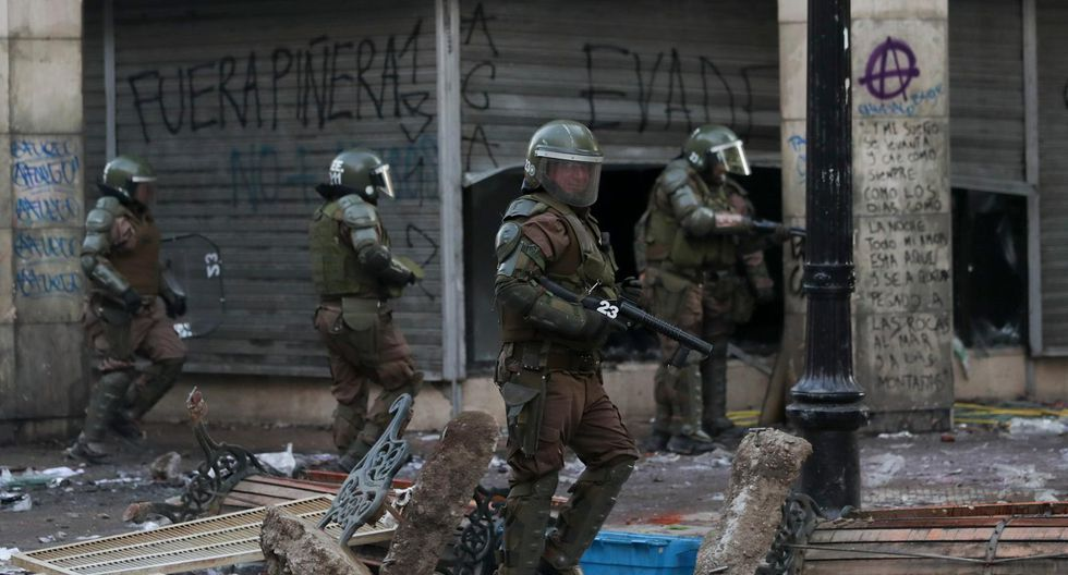 Cientos de militares se encuentran patrullando las calles de Santiago de Chile luego de que se decretara la tercera noche consecutiva en la que se aplicaba el toque de queda. (AP)
