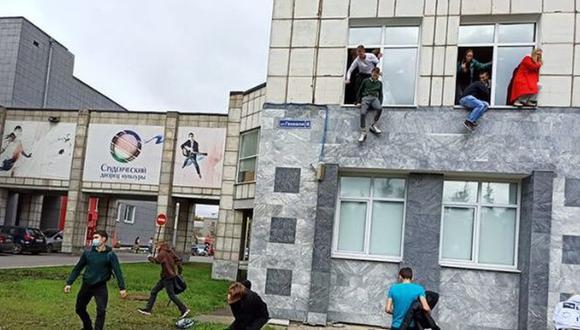 Estudiantes de la Universidad de Perm saltan por las ventanas para escapar del tiroteo. (Captura de video).