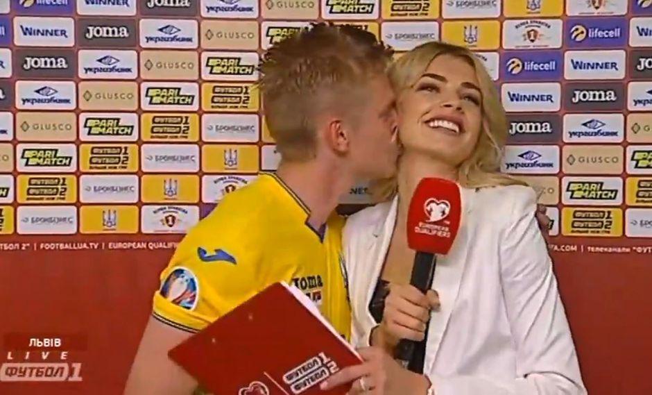 Oleksandr Zinchenko sorprendió al besar el cuello de esta reportera. (Video: YouTube)