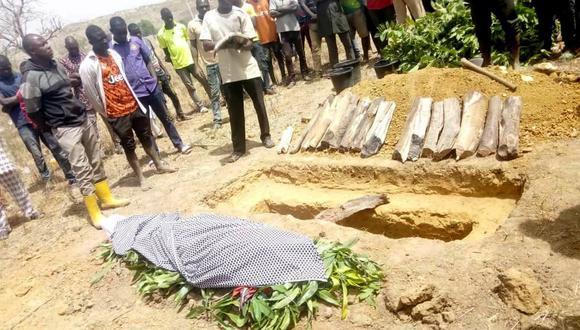 Personas asisten al entierro de Monday Doma. Un estudiante que fue asesinado después de que hombres armados irrumpieron en un Kagara Government Science College y secuestraron a otros 27, en el estado de Níger, Nigeria. (REUTERS / Muhammad Danladi Ibrahim).