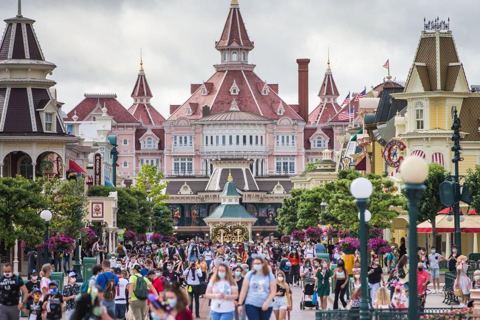 Disneyland París reabrió este jueves sus puertas tras haber estado cerrado a causa de la pandemia. La reapertura se ha llevado a cabo con exhaustivas medidas sanitarias y de seguridad. (EFE/ Christophe Petit Tesson).