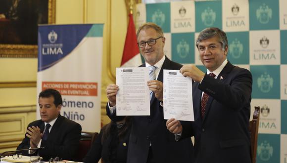La comuna metropolitana ya cuenta oficialmente con facultades para ejecutar los proyectos de los primeros teleféricos en Lima. Jorge Muñoz y el ministro de Vivienda, Miguel Estrada, firmaron hoy un acta (Foto: Marco Ramón).