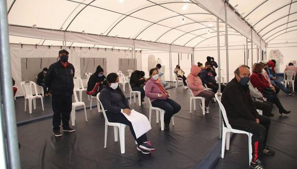 Personas que experimentan síntomas relacionados con el nuevo coronavirus esperan ser atendidas por un médico en una carpa instalada afuera del Hospital Sur en Quito, Ecuador, el jueves 2 de julio de 2020. Los hospitales en Quito están saturados de casos de COVID-19. (AP Foto/Dolores Ochoa).