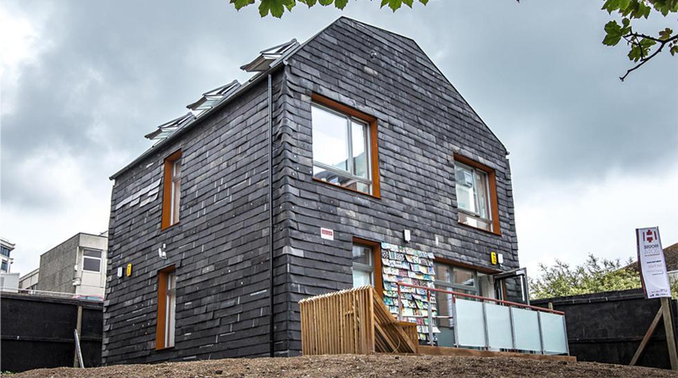 Reciclaje total: 'Fabrican' casa con 20 mil cepillos de dientes - 1