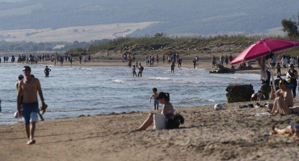 Las personas disfrutan del sol en la playa de Ladispoli, cerca de la localidad de Roma (Italia). (EFE/EPA/GIUSEPPE LAMI).
