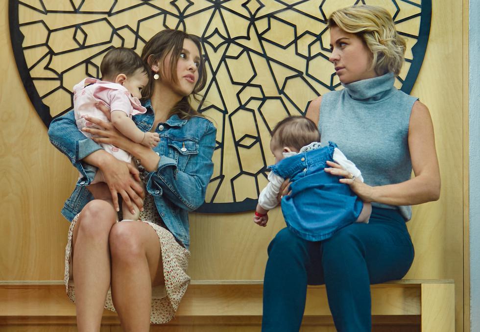 Dos mujeres se dan cuenta de que les intercambiaron a sus hijas al nacer y deciden ajustarse a su nueva vida. ¿Cómo? Creando una sola y peculiar familia. Esta serie ya se encuentra disponible en Netflix. (Foto: Netflix)