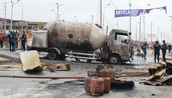 Un camión cisterna causó un incendio que alcanzó a varios inmuebles en Villa El Salvador. Hasta el momento, las autoridades han confirmado dos personas fallecidas. (Lino Chipana / GEC)