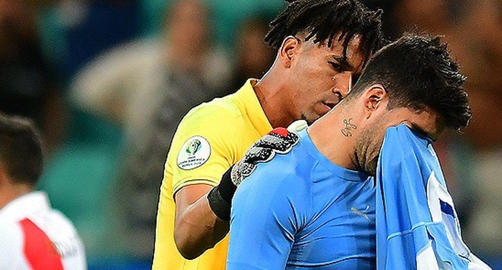 Pedro Gallese consolando a Luis Suárez, luego de que este errara su penal. (Foto: Tenfield)