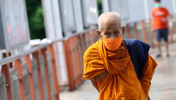 Distribuyen oxígeno, toman muestras nasales o transportan cadáveres. Los monjes tailandeses se situaron al frente de la lucha contra el coronavirus en una ola sin precedentes en este reino del sureste asiático. (Foto: Narong Sangnak / EFE)