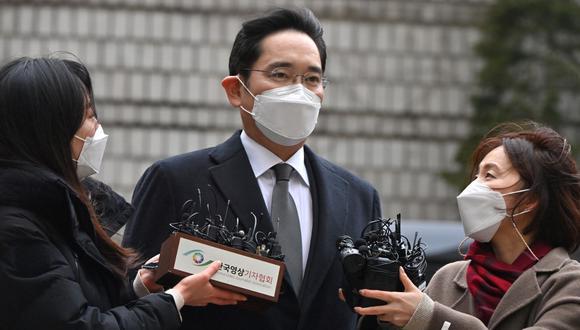 Lee Jae-yong llega este mañana al tribunal del distrito central de Seúl para el juicio por el escándalo de soborno que involucra a la expresidenta surcoreana Park Geun-hye. (Foto de Jung Yeon-je / AFP)
