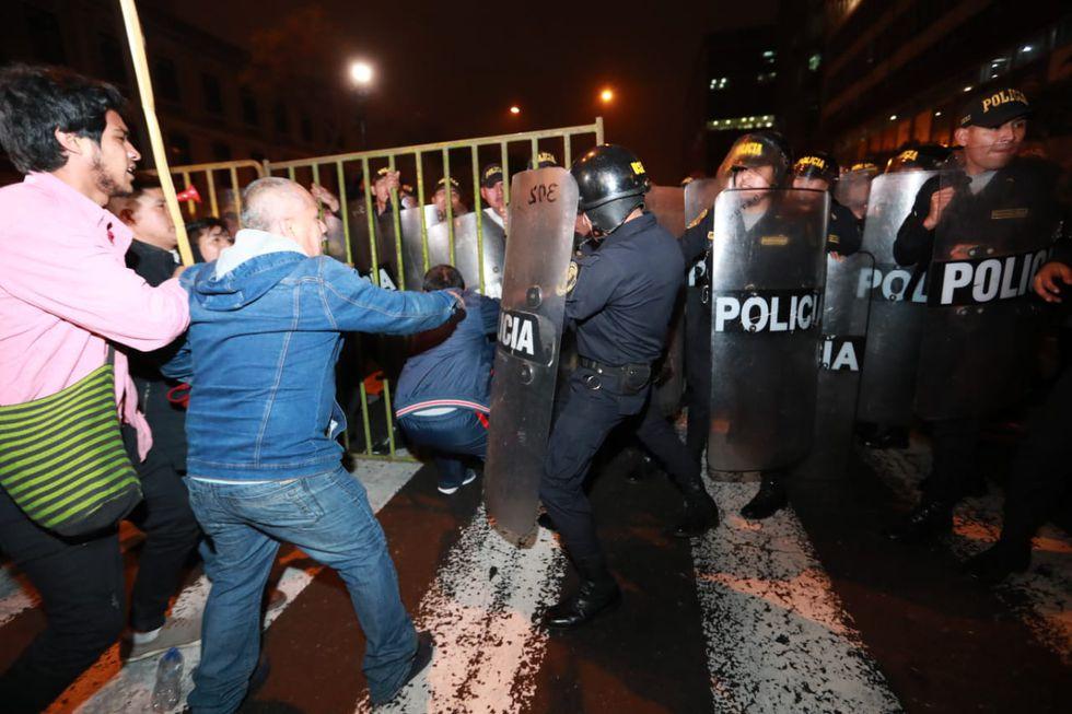 Un grupo de manifestantes rompió la barrera de seguridad que había dispuesto la Policía Nacional. Movilización ya había culminado. (Foto: Lino Chipana)