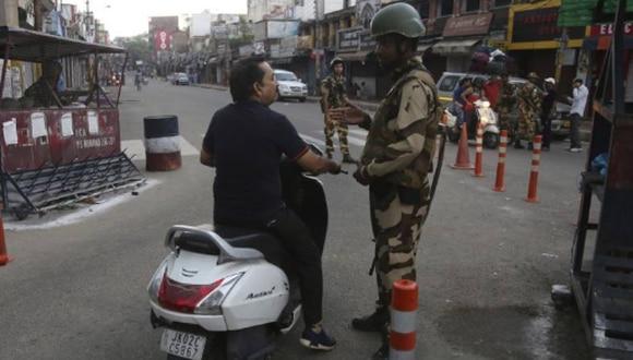 Un soldado indio detiene en un control a un hombre en la región de Cachemira.  FOTO: AP