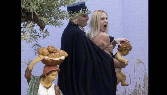 Activista de Femen intenta llevarse al niño Jesús del Vaticano