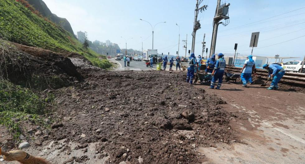 Esta mañana se registró un derrumbe en la Costa Verde al altura de la playa Makaha, en el distrito de Miraflores. Personal municipal se encargó de los trabajos de limpieza. (Lino Chipana / GEC)
