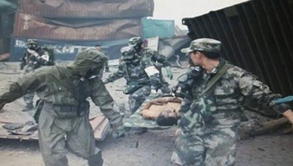 Tianjín: Hombre fue rescatado bajo una pila de contenedores