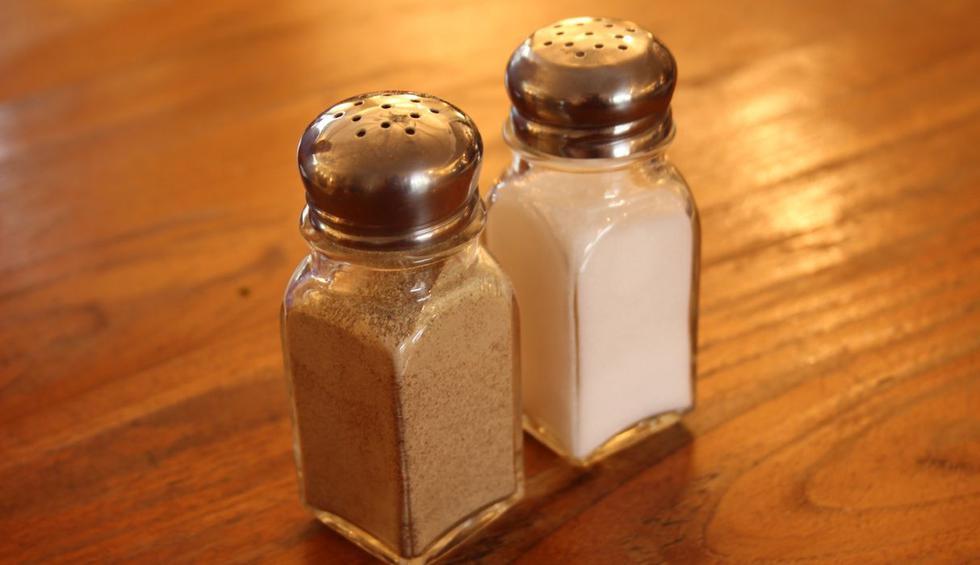 El salero y el pimentero son indispensables en la cocina y mesa de muchos hogares. (Foto: Pixabay)