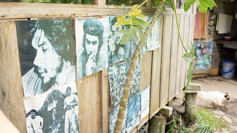 El lugar está empapelado con íconos de la izquierda. (Foto: TRISTAN MARTIN, vía BBC Mundo).
