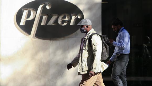 En esta foto de archivo, tomada el 11 de noviembre de 2020, la gente camina por la sede mundial de Pfizer en Nueva York.  Pfizer y su socio BioNTech confirmaron que solicitarán el 20 de noviembre de 2020 la autorización de uso de emergencia para su vacuna contra el coronavirus. (Kena Betancur / AFP)