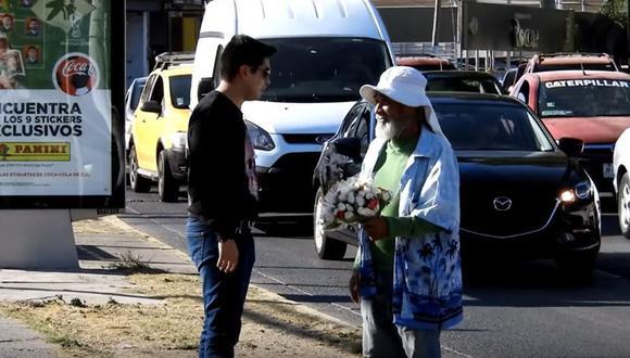 Este muchacho se hizo viral en YouTube luego de que ayudara a un pobre anciano que estaba vendiendo caramelos en las calles de México. (Foto: Papawer)