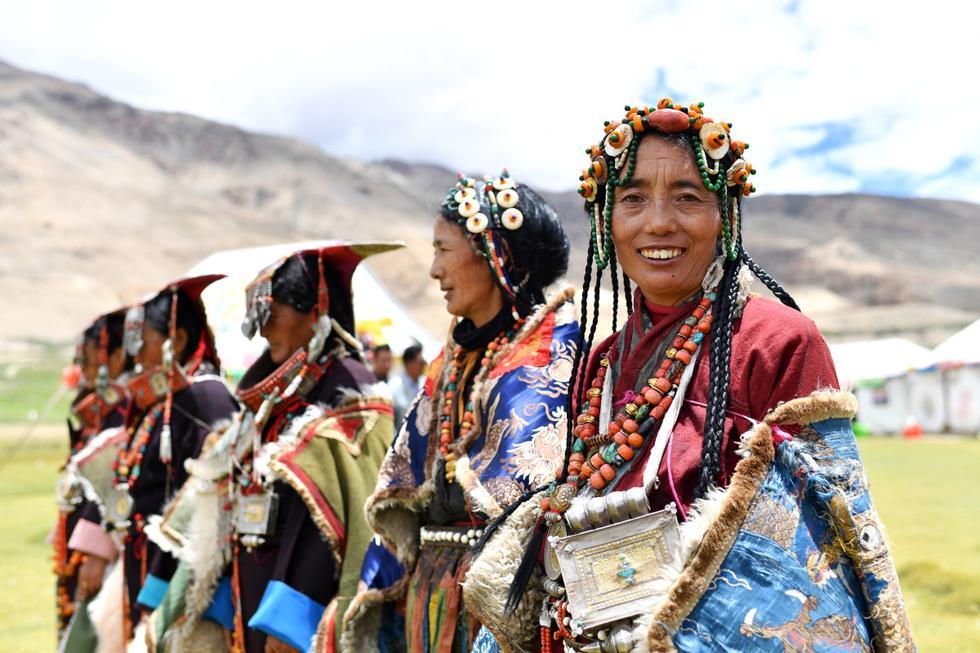 Imagen del 28 de julio de 2020 de mujeres portando vestimenta de Burang en el distrito de Burang de Ali, en la región autónoma del Tíbet, en el suroeste de China. (Foto: Xinhua/Zhan Yan)