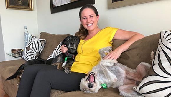 Hace 3 años Valeria Ugaz rescató a Cancito (perro negro) y hace apenas un mes rescató a Toby (perro blanco). Hoy ambos tienen un hogar. (foto: Andrea Carrión)
