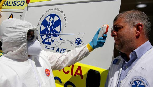 """Un médico y un paramédico del Sistema de Atención Médica de Emergencia (SAMU) de Jalisco dentro de la unidad médica de cuidados intensivos móvil """"UTIM"""", el primero en América Latina equipado para transferir personas infectadas con coronavirus. (Foto: AFP)."""