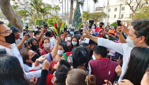 El candidato presidencial Daniel Salaverry y el postulante al Congreso Martín Vizcarra –ambos de Somos Perú– generan aglomeraciones durante un acto de campaña en Chiclayo, el pasado 22 de diciembre. (Foto: Facebook de Daniel Salaverry).