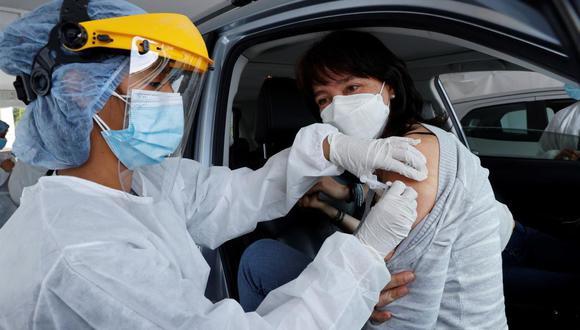 La región que más personas ha inmunizado es Bogotá, con 1.992.109, seguida de los departamentos de Antioquia (1.530.353), Valle del Cauca (952.696), Atlántico (578.291), Cundinamarca (570.790) y Santander (523.114). (EFE/Mauricio Dueñas).