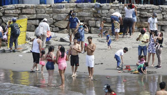 El último fin de semana, las personas burlaron la seguridad e ingresaron a la playa en el terminal pesquero de Chorrillos, a pesar de la prohibición para usar estos lugares por el coronavirus. (Foto: GEC)