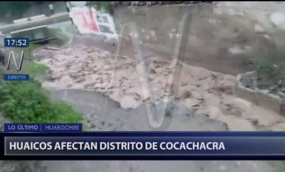 Los residentes de Cocachacra tratan de encauzar el agua para que sus viviendas no se vean afectadas. (Canal N)